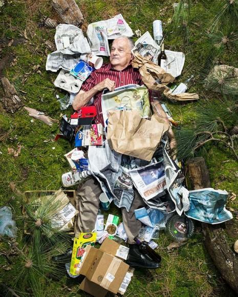 Pessoas-em-meio-ao-lixo-produzido-na-semana-06