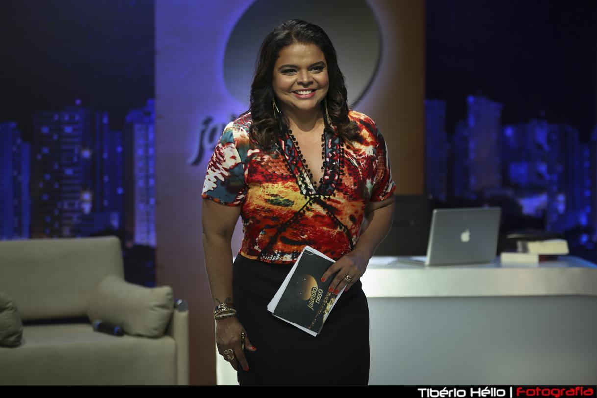 """Jornalista Maia Veloso em novo estúdio, mas o compromisso permanece: """"Debater o que for relevante e oferecer conteúdo de qualidade ao telespectador"""", diz Maia."""